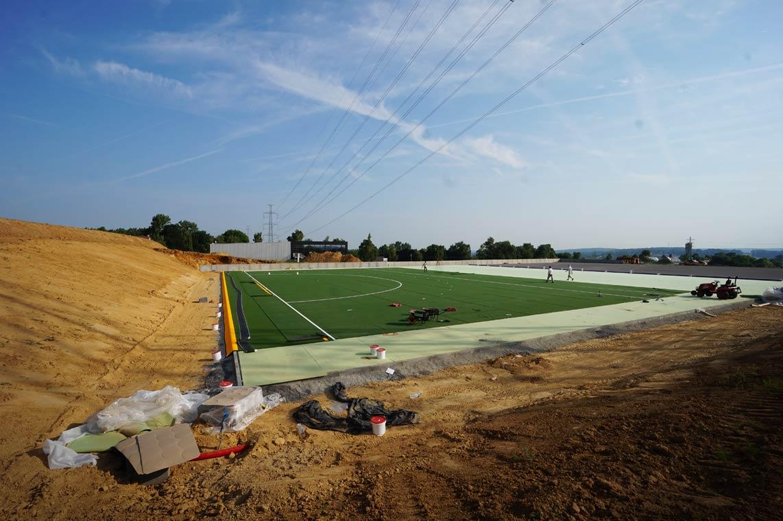 Infrastructure sportive de Virginal, pose du tapis synthétique